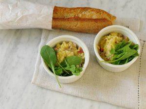 Huevos revueltos con jamón, parmesano y rúcula.
