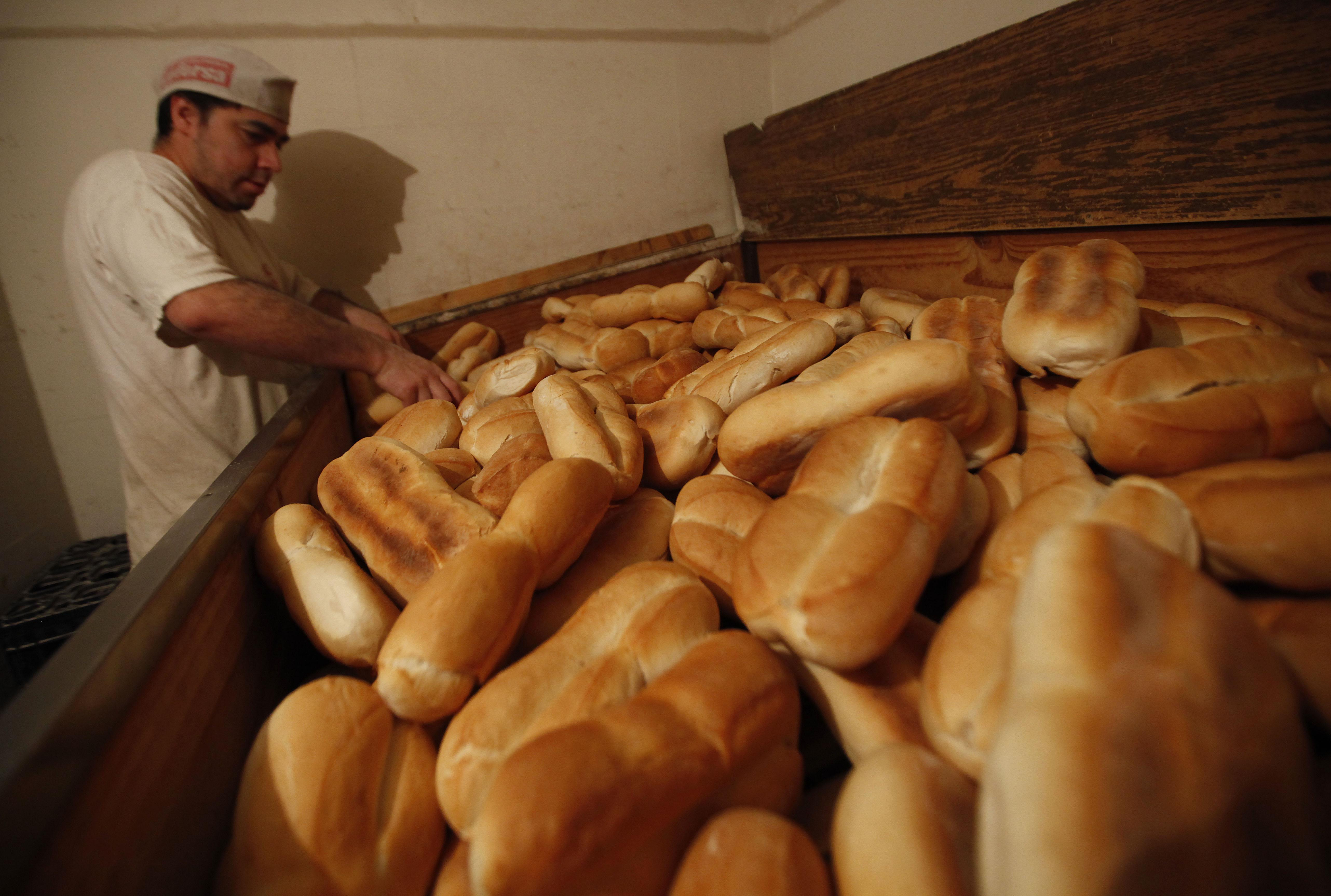 06 Mayo de 2011 El vicepresidente de la federación chilena de industriales panaderos, confirmó que en los próximos días debiese existir un alza en el pan, considerando el alza de la harina, del combustible y los costos asociados. Foto: MARCELO SEGURA/AGENCIAUNO