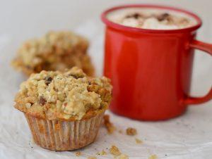 Muffins de manzana, zanahora con nueves y cobertura de avena crocante